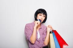 Jeune belle femme avec la carte de crédit et les paniers Photo libre de droits