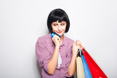 Jeune belle femme avec la carte de crédit et les paniers Image libre de droits