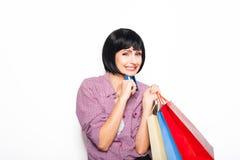 Jeune belle femme avec la carte de crédit et les paniers Photographie stock libre de droits
