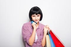 Jeune belle femme avec la carte de crédit et les paniers Images libres de droits
