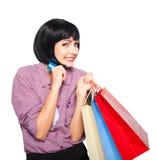 Jeune belle femme avec la carte de crédit et les paniers Photo stock