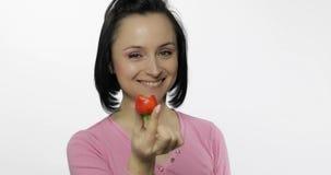 Jeune belle femme avec la morsure fra?che et juteuse d'offre de fraise ? la visionneuse image libre de droits