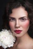 Jeune belle femme avec la pivoine Images stock