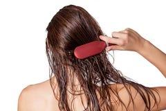 Jeune belle femme avec la serviette blanche et les taches de rousseur se peignant les cheveux humides bruns après l'averse photos stock