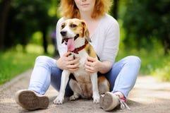 Jeune belle femme avec le chien de briquet Photographie stock