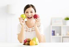 Jeune belle femme avec le fruit sain Image stock