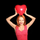 Jeune belle femme avec le grand coeur rouge Image stock