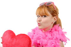 Jeune belle femme avec le grand oreiller rouge de coeur Images libres de droits