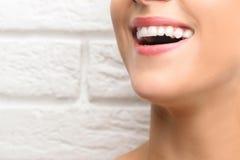 Jeune belle femme avec le sourire sain de dents image stock