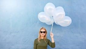 Jeune belle femme avec les ballons blancs images stock