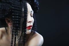 Jeune belle femme avec les cheveux bouclés et les lèvres rouges Image stock
