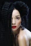 Jeune belle femme avec les cheveux bouclés et les lèvres rouges Photo libre de droits