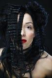 Jeune belle femme avec les cheveux bouclés et les lèvres rouges Photos libres de droits