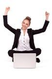 Jeune belle femme ayant des achats en ligne, bras tendus Photo stock