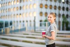 Jeune belle femme ayant sa pause-café images stock