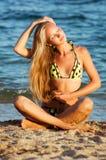 Jeune belle femme blonde bronzée sexy dans le bikini Photographie stock