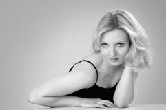 Jeune belle femme blonde dans une robe de blsck Photographie stock