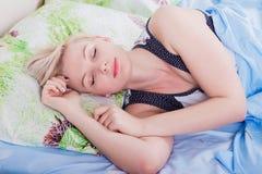 Jeune belle femme blonde dormant dans son lit photos stock