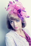 Jeune belle femme caucasienne avec le chapeau de fantaisie Photographie stock libre de droits