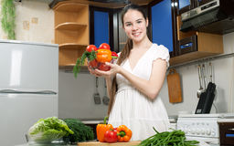 Jeune belle femme caucasienne dans la cuisine photo stock