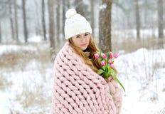 Jeune belle femme caucasienne dans les vêtements et le géant d'hiver tricotant la couverture de rose en pastel Image libre de droits