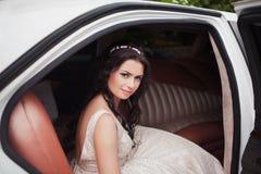 Jeune belle femme caucasienne de jeune mariée dans la voiture blanche Image libre de droits