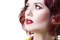 Jeune belle femme caucasienne rousse avec le maquillage professionnel et la coiffure, d'isolement sur le fond blanc, portrait en  photo libre de droits