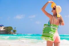 Jeune belle femme détendant à tropical ensoleillé Photo stock