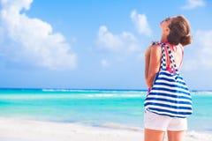 Jeune belle femme détendant à tropical ensoleillé Image stock