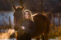 Jeune belle femme d'élégance posant avec le cheval Photo libre de droits