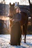 Jeune belle femme d'élégance posant avec le cheval Photographie stock libre de droits