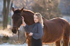 Jeune belle femme d'élégance posant avec le cheval Photos libres de droits