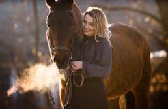 Jeune belle femme d'élégance posant avec le cheval Image libre de droits