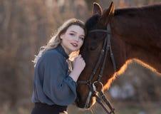 Jeune belle femme d'élégance posant avec le cheval Images libres de droits