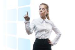 Jeune belle femme d'affaires affichant quelque chose photos libres de droits