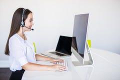 Jeune belle femme d'affaires avec l'opérateur de centre d'appels de casque dans le bureau image stock