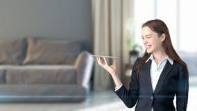 Jeune belle femme d'affaires et concepteur créatif se tenant au-dessus de l'intérieur 3D blured sur le fond Photo libre de droits