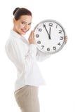 Jeune belle femme d'affaires tenant l'horloge. photo stock
