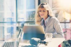 Jeune belle femme d'affaires travaillant au grenier moderne de bureau Collègue à l'aide de la tablette électronique de contact de photo libre de droits