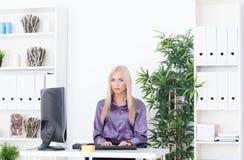 Jeune belle femme d'affaires travaillant avec l'ordinateur Photos libres de droits