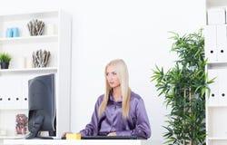 Jeune belle femme d'affaires travaillant avec l'ordinateur Photographie stock libre de droits