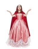 Jeune belle femme dans la longue robe médiévale et l'isola rouge de manteau Photos libres de droits