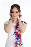 Jeune belle femme dans la robe blanche d'isolement au-dessus du blanc Image libre de droits