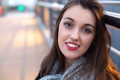 Jeune belle femme dans la ville au crépuscule Photographie stock