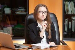Jeune belle femme dans le bureau Images libres de droits