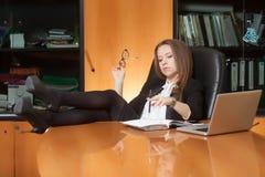 Jeune belle femme dans le bureau Images stock