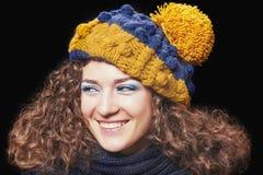 Jeune belle femme dans le chapeau drôle tricoté Image libre de droits