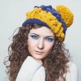 Jeune belle femme dans le chapeau drôle tricoté Photos stock