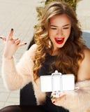 Jeune belle femme dans le chapeau faisant le selfie montrant dehors la roche Images libres de droits