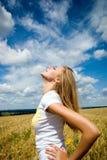 Jeune belle femme dans le domaine de blé d'or photo libre de droits